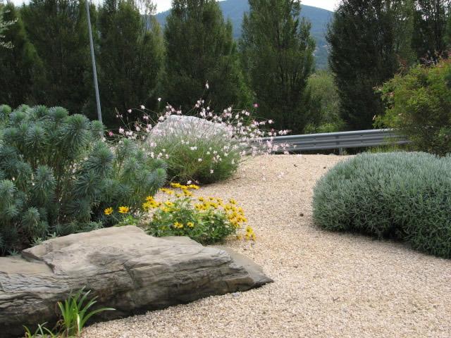 Realizzazione e manutezione aiuole e bordure fumagalli for Sassi per bordure giardino