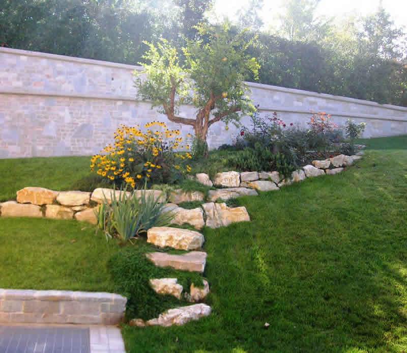 Realizzazione e manutezione aiuole e bordure fumagalli for Aiuole giardino con sassi