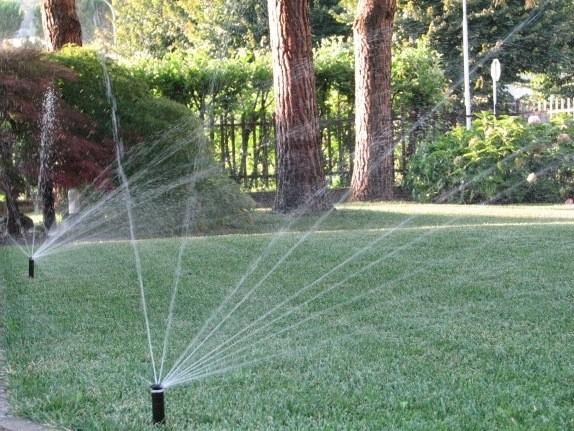 Lu0027impianto Du0027irrigazione In Giardino Aiuta A Mantenere Verde Il Tappeto  Erboso