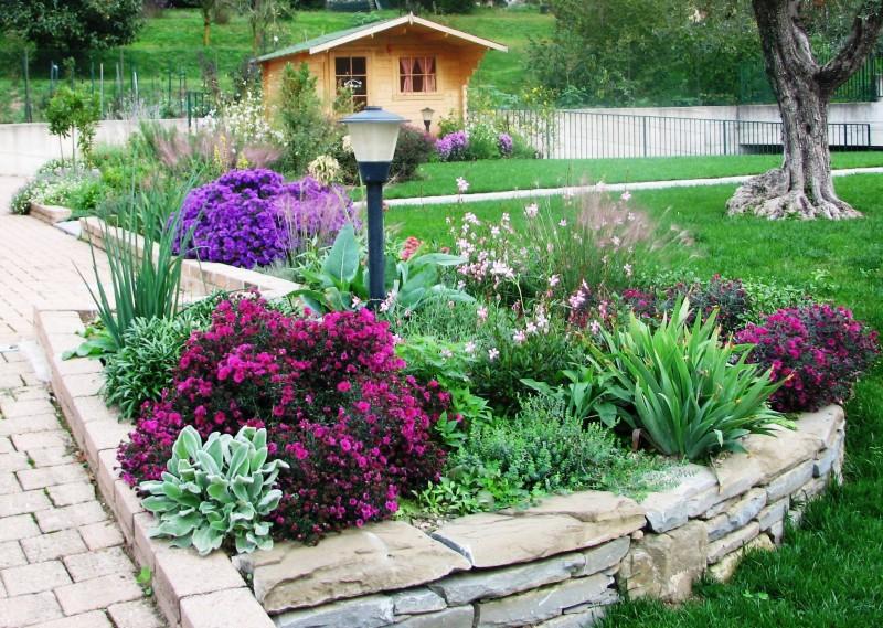I nostri lavori per giardini aiuole erbacee perenni for Ciottoli da giardino leroy merlin