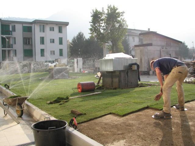 Impianto Irrigazione Automatico In Funzione Appena è Posato Il Tappeto  Erboso A Rotoli